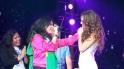 Thalía se sigue dejando consentir por sus fans en el escenario!
