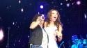 Divertidísima la expresión de sorpresa de Thalía al escuchar a sus fans cantar!